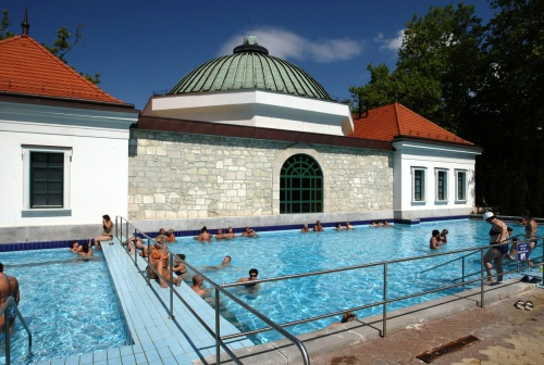 Open-air bath – spa pool with radon – with Turkish bath behind - Hotel Flóra - Eger