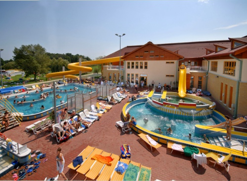 Outdoor pools and kamikaze slide in the adventure bath - Hotel Freya - Zalakaros