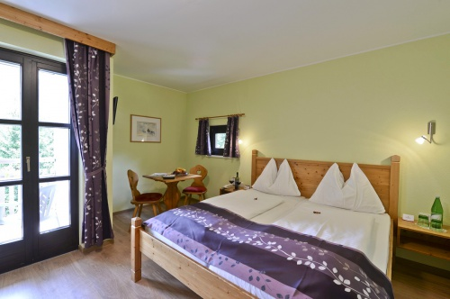 Renovated room with seating area - Hotel Heiligenblut