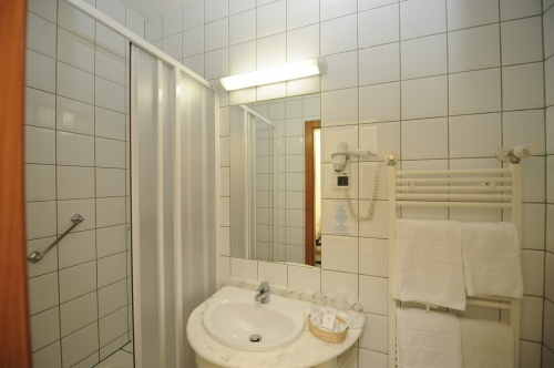 Bath with shower - Hunguest Hotel Millennium - Budapest